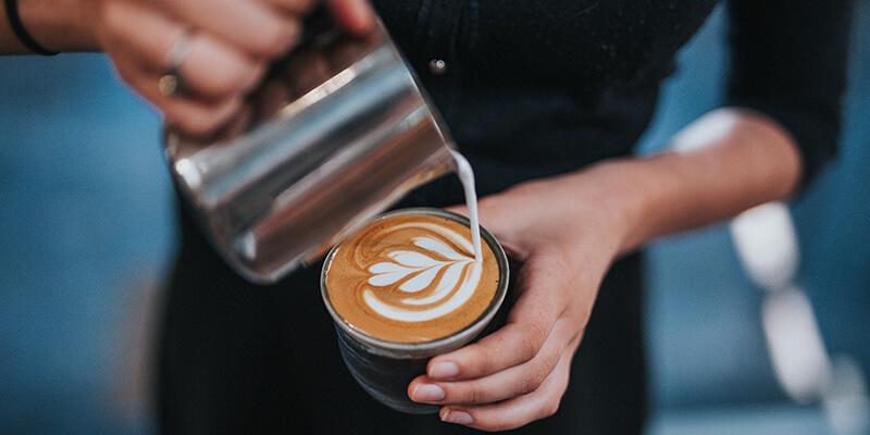 barista latte artot készít